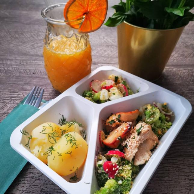 kurczak z sałątką brokułową Się Je zdrowo